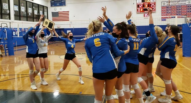 Ardsley captains Rory McNerney (7), Lexie Meltzer (2), and Morgan Fodiman (4) bring the championship plaque to the rest of their team.