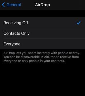 Un team di ricercatori ha affermato che la funzione AirDrop sui dispositivi iPhone e MacBook ha una vulnerabilità che i truffatori potrebbero sfruttare.