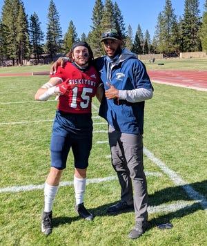 Marcel Frieser, bueno, posa para una foto después de un juego con el entrenador de apoyadores del equipo de fútbol COS, Eagle Player Hayden McDonald, la primavera pasada.