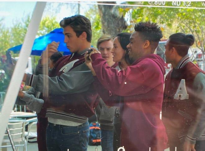 """In onore della sua università, Marietta Grabiak, alunno della Ambridge High School, ha usato giacche scolastiche in stile Cambridge per i personaggi nell'episodio di Fox TV di questo lunedì. """"9-1-1 Lonestar."""""""