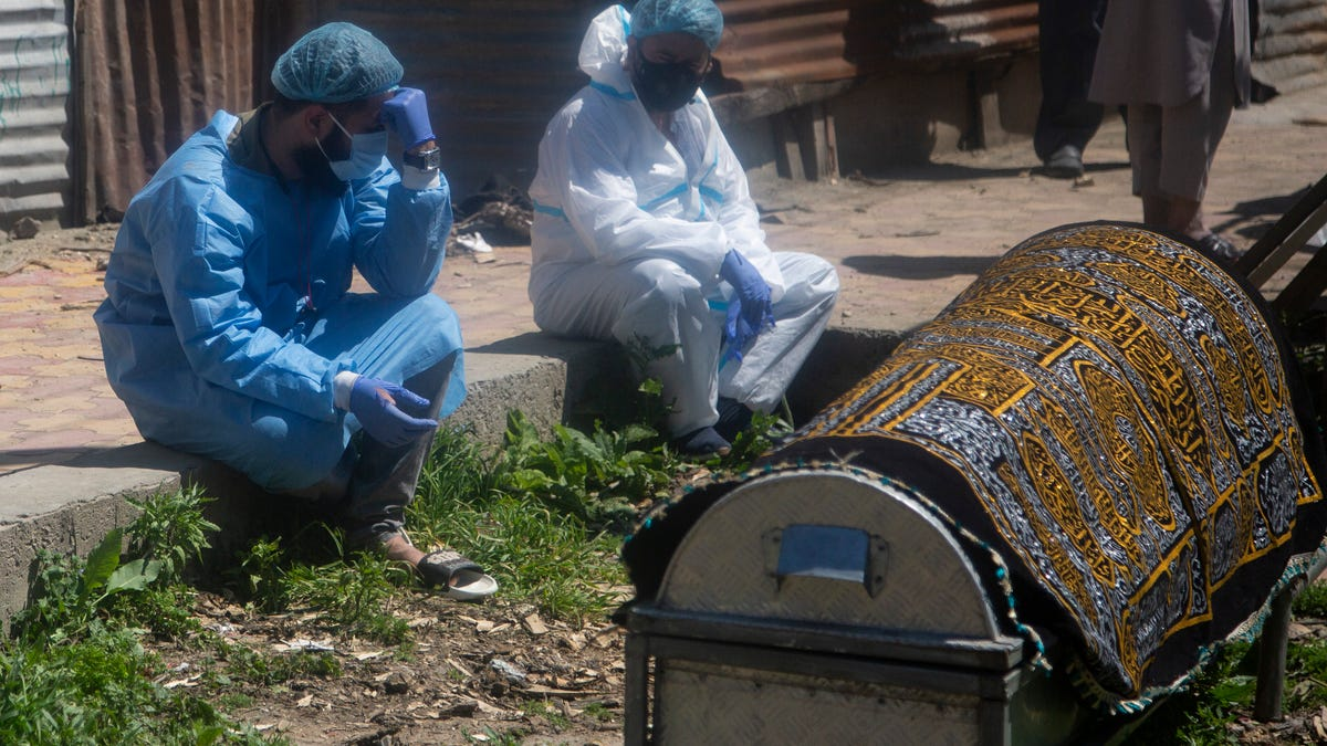 Virus 'swallowing' people in India; crematoriums overwhelmed 2
