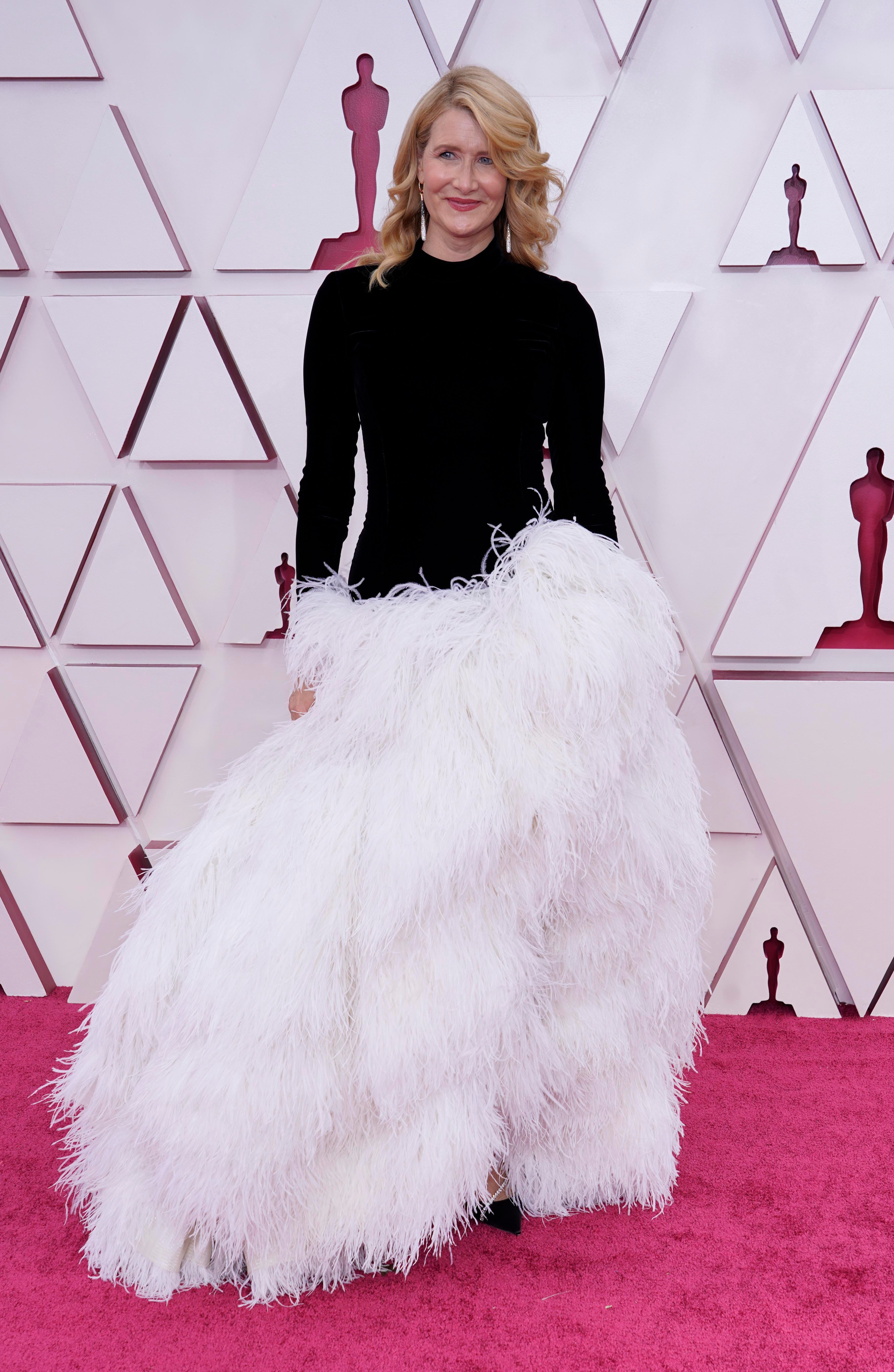 I wanna pet it : Laura Dern s feathered Oscar de la Renta is the extra dress we needed at 2021 Oscars