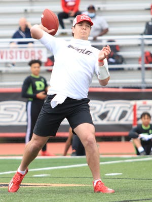 UGA commit Gunner Stockton throws a pass during a 7-on-7 game.