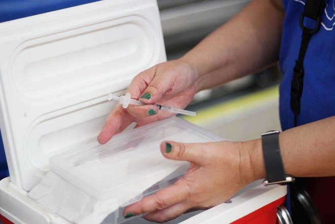 Una enfermera escolar prepara una vacuna COVID-19 en el evento de vacunación de las Escuelas Públicas de Las Cruces el miércoles 28 de abril de 2021.