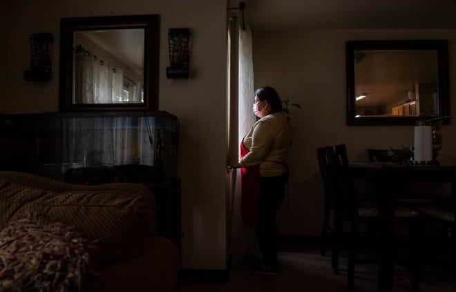 Blanca Esthela Trejo ha renunciado al tratamiento por el dolor persistente causado por el COVID-19 para pagar el alquiler del apartamento de su familia. Foto de David Rodr'guez, The Salinas Californian