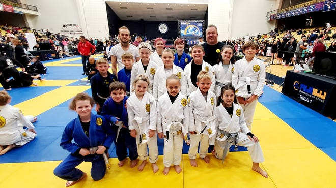 Pre-tournament group picture (15 kid/youth competitors, 1 adult)