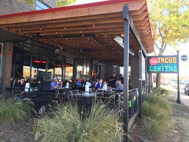 Si prevede che i pasti all'aperto diventino popolari nel 2021 intorno a 405 ristoranti in luoghi come Ted's Tacos e Cantina in Uptown.