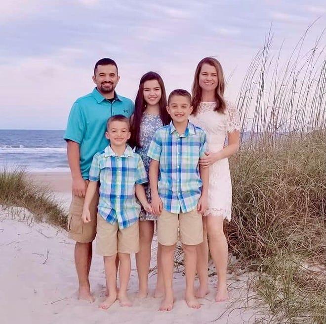 Madison Faure, 14, Central Dundee, fue fotografiada con su familia.  En la foto aparece su padre, Jason Faure, a la izquierda, sus hermanos Owen y Jack, y su madre, Maryha Fur.  Madison continúa teniendo síntomas a largo plazo de COVID-19 meses después de contraer el virus.
