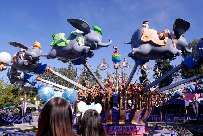 Para tamu naik wahana Dumbo di Disneyland di Anaheim, California, Jumat, 30 April 2021.
