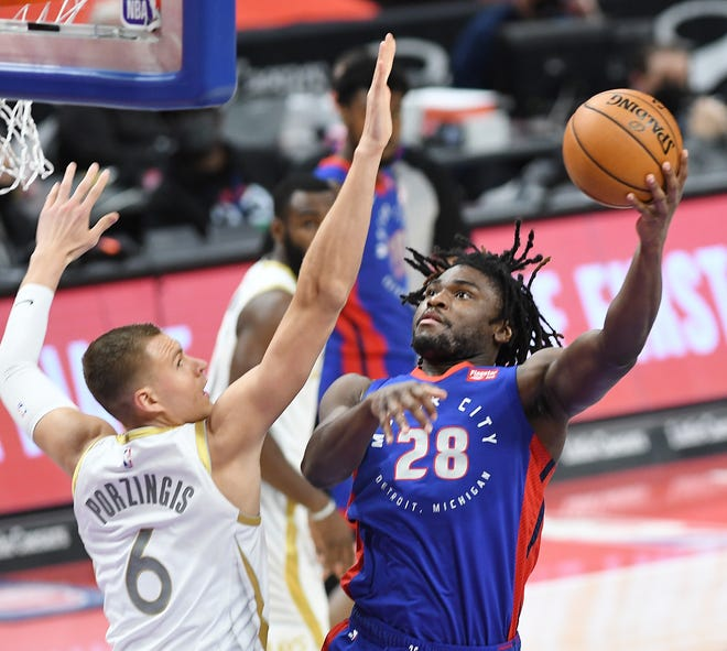 Pistons'Isaiah Stewart mencetak gol atas Mavericks' Kristaps Porzingis di kuarter pertama.