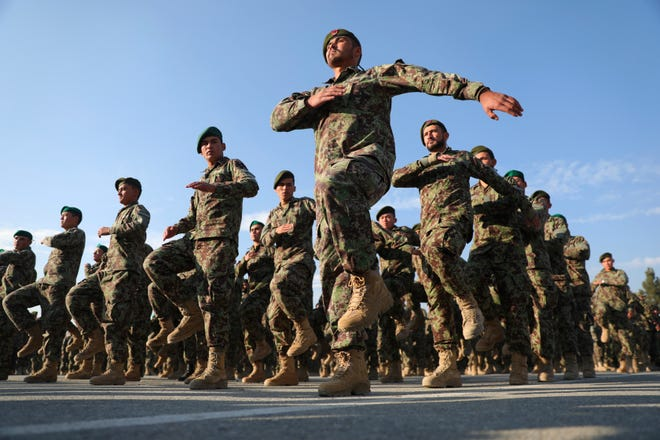 Dalam file foto 29 November 2020 ini, Tentara Nasional Afghanistan yang baru lulus berbaris selama upacara kelulusan mereka setelah program pelatihan tiga bulan di Akademi Militer Afghanistan di Kabul, Afghanistan.