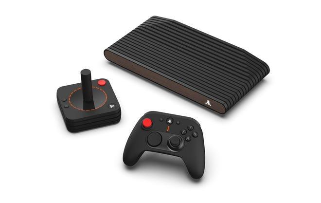L'Atari VCS, avec contrôleur moderne sans fil et joystick classique sans fil.