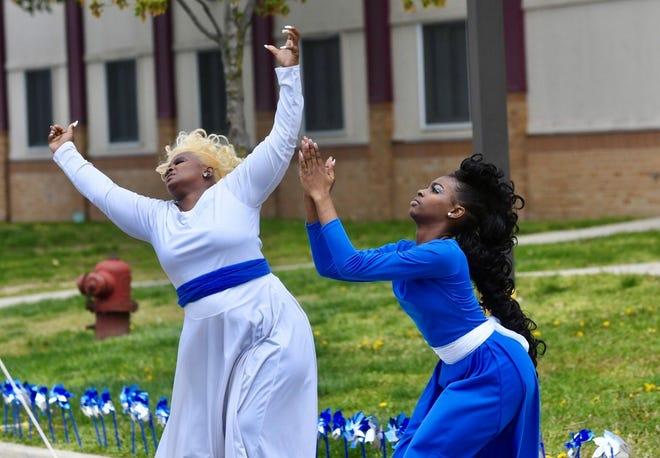 Lishei Sanford, kiri, dan putrinya Xj'myi Sanford menampilkan tarian khusus selama Pencegahan Penyalahgunaan Anak dan Reli Kesadaran Kesehatan Mental pada hari Sabtu, 1 Mei 2021.