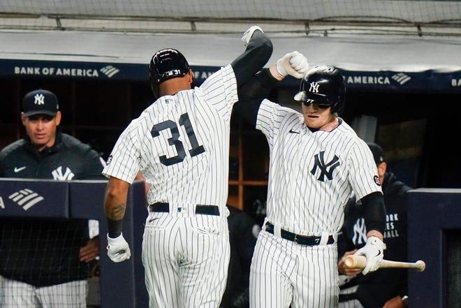 Clint Frazier dari New York Yankees, kanan, merayakan dengan rekan setimnya Aaron Hicks setelah Hicks melakukan home run selama inning ketiga.