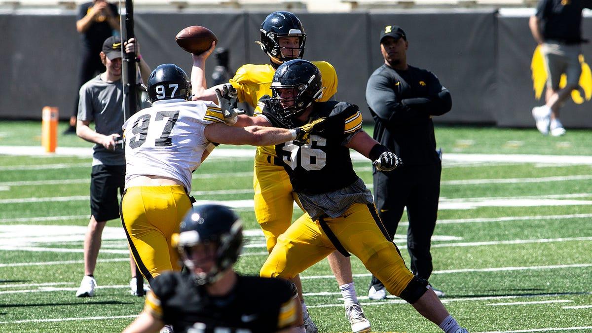 'He's the veteran guy': Zach VanValkenburg ready to lead Iowa football's defensive line in 2021