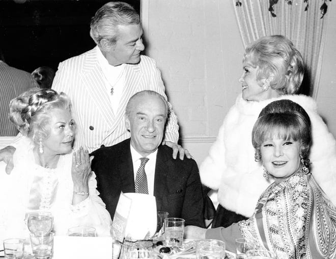 George Sanders, center, with Magda and Jolie Gabor in 1971.