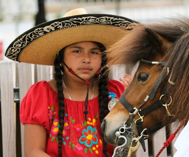 Una niña y un pony durante la celebración del Cinco de Mayo en Scissortail Park el domingo 2 de mayo de 2021.