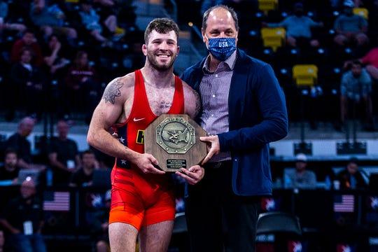 Jaydin Eierman recibe su trofeo después de ganar 65 kg durante el campeonato nacional de lucha libre senior de la UWW, el sábado 1 de mayo de 2021, en el Xtream Arena en Coralville, Iowa.