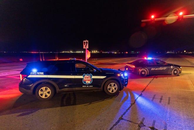Penegak hukum memblokir jalan di depan Oneida Bingo dan Casino di Green Bay, Wisc. pada hari Sabtu tanggal 1 Mei 2021 setelah laporan penembak aktif.