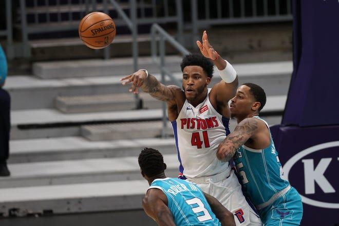 Penyerang Detroit Pistons Saddiq Bey (41) melakukan operan melawan tim ganda oleh guard Charlotte Hornets Terry Rozier (3) dan forward PJ Washington, kanan, pada babak kedua.