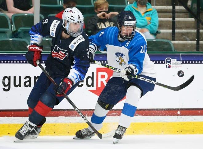 Liam Gilmartin dari Tim AS, kiri, bertempur melawan Topias Vilen dari Finlandia selama kemenangan AS 5-4 di Texas pada hari Sabtu.