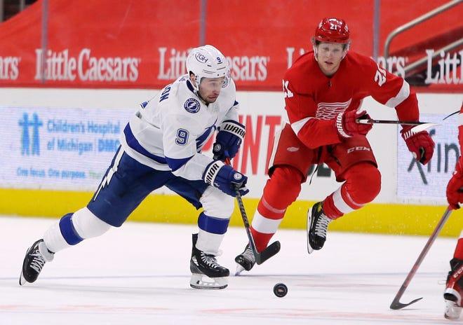 Lightning center Tyler Johnson (9) dikejar oleh pemain bertahan Red Wings Dennis Cholowski (21) selama periode pertama.