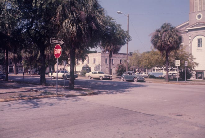 Montgomery Street/U.S. Highway 17 cutting through Franklin Square prior to the square's restoration, circa early 1980s. City of Savannah Municipal Archives, MPC Historic Preservation Photographs, Item 8126-006_01-4-0137.