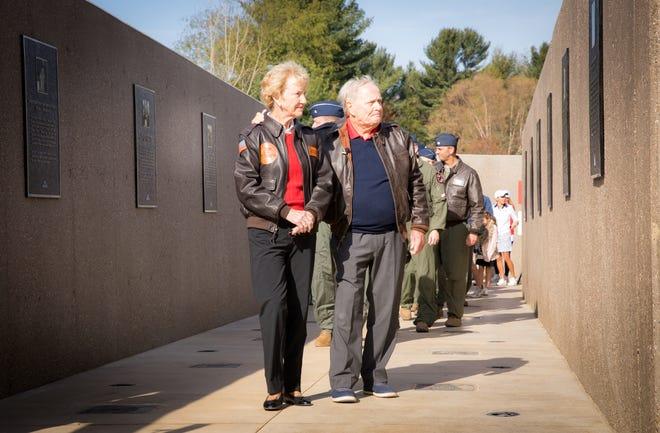 Legenda golf Jack Nicklaus dan istrinya Barbara berjalan melewati tugu peringatan yang mengarah ke clubhouse di American Dunes Golf Club.