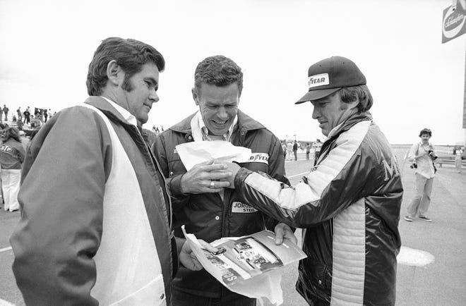 Pembalap Pocono 500 (dari kiri) Al Unser, adiknya Bobby Unser dan Johnny Rutherford berbagi momen ringan jelang balapan di Long Pond, Pa., Pada 24 Juni 1979.
