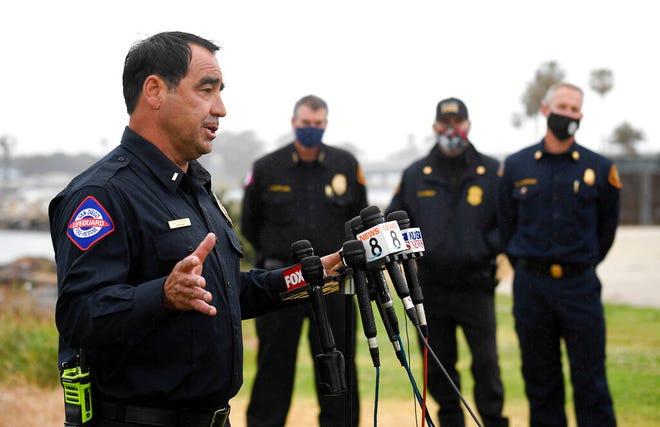 San Diego Lifeguard Letnan Rick Romero berbicara pada konferensi pers yang diadakan setelah sebuah kapal terbalik di lepas pantai San Diego hari Minggu, 2 Mei 2021, di San Diego.