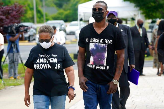 Orang-orang tiba untuk pemakaman Andrew Brown Jr., Senin, 3 Mei 2021 di Gereja Fountain of Life di Elizabeth City, NC