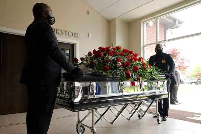 Peti mati Andrew Brown Jr., tiba untuk pemakamannya, Senin, 3 Mei 2021 di Fountain of Life Church di Elizabeth City, NC
