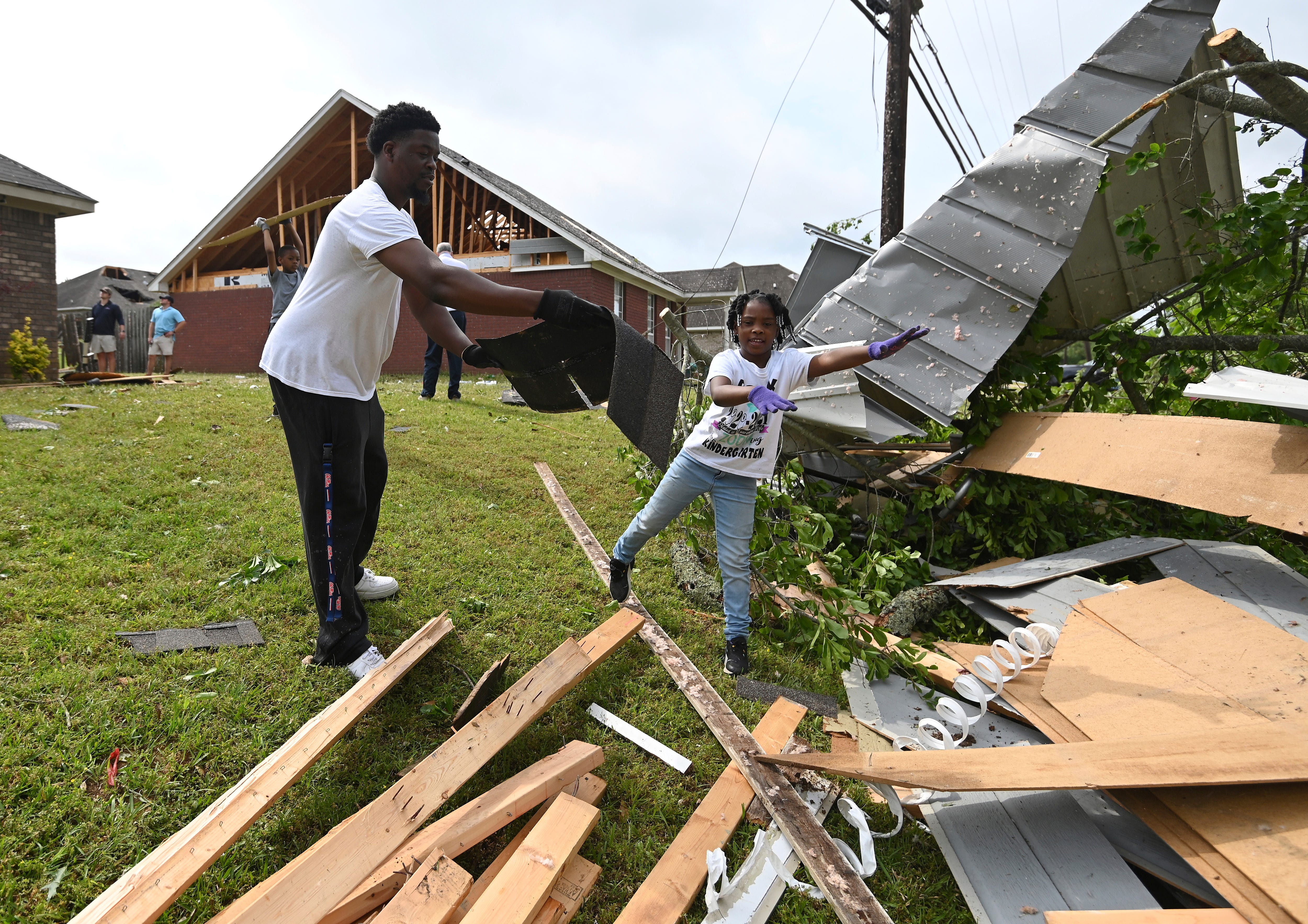 Storms spawn twisters in Mississippi, kill 2 in Georgia 1