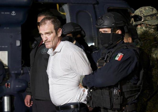 """Héctor """"El Güero"""" Palma, uno de los fundadores del cártel de Sinaloa, es escoltado por federales el 15 de junio de 2016 a una prisión de máxima seguridad en México."""