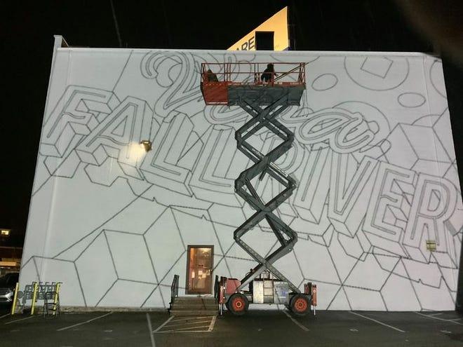 """Gregory Pennisten criando o esboço para o mural de 40 por 60 pés a ser pintado em Fall River, no âmbito da Edição Primaveril do Festival de Artes FABRIC. Denominado """"Viva Fall River,"""" o mural no Edifício Kay, na Hartwell Street, destina-se a celebrar a herança cultural dos residentes de origem portuguesa da cidade."""