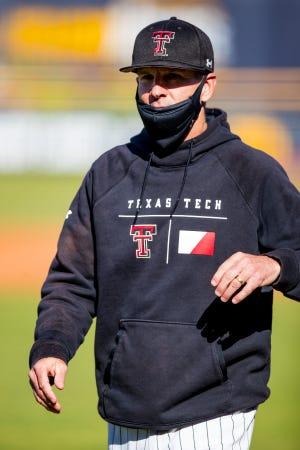 L'entraîneur de Texas Tech Tim Tadlock et les Red Riders ont battu l'Oklahoma 4-4 mardi soir à Amarillo.  La série de quatre matchs des Red Raiders a été annulée ce week-end contre l'Université de l'Illinois-Chicago mercredi en raison de problèmes de COVID-19 au sein du programme UIC.