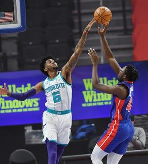 Sekou Doumbouya dari Detroit Pistons mencetak gol atas Jalen McDaniels dari Charlotte Hornets pada kuarter pertama pertandingan mereka di Little Caesars Arena di Detroit, 4 Mei 2021.