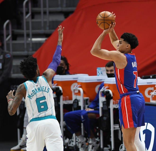 Killian Hayes dari Detroit Pistons menembakkan Jalen McDaniels dari Charlotte Hornets pada kuarter pertama pertandingan mereka di Little Caesars Arena di Detroit, 4 Mei 2021.