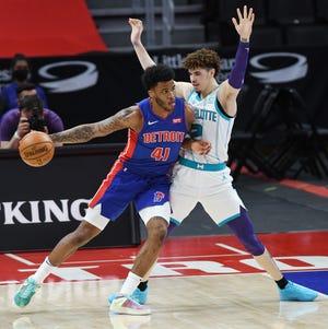 Saddiq Bey dari Detroit Pistons mencari ruang di sekitar LaMelo Ball Charlotte Hornets pada kuarter kedua pertandingan mereka di Little Caesars Arena di Detroit, 4 Mei 2021.