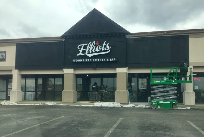 """Workers shape the new """"Elliot's Wood Fired Kitchen & Tap"""", soon coming to Pataskala, joining another existing location in downtown Newark."""