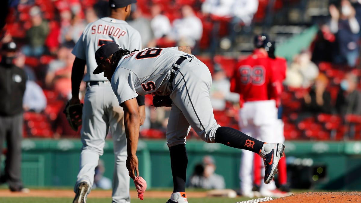 Disastrous eighth inning costs Tigers on day riddled with sloppy play 1