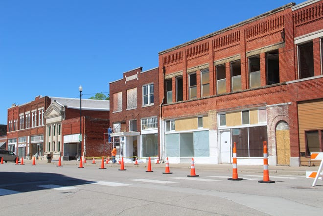 Pawhuska city government reduced Kihekah Avenue to a one-lane thoroughfare between 6th Street and 8th Street last week to help crews preparing set elements for Martin Scorsese's upcoming movie shooting in town. Traffic was allowed to flow north in the area, but not south.