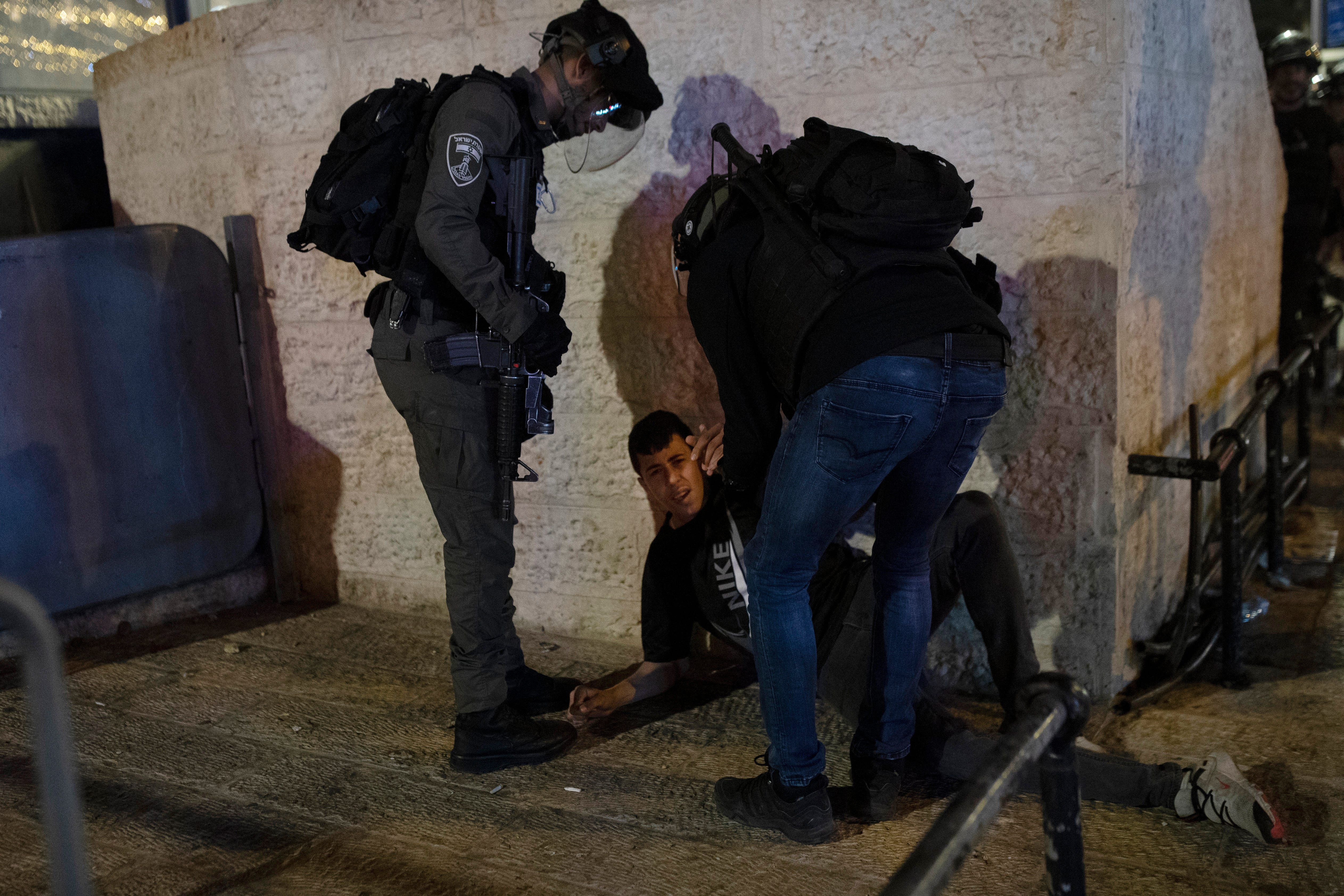 Medics: 200 Palestinians hurt in Al-Aqsa clashes with police 1