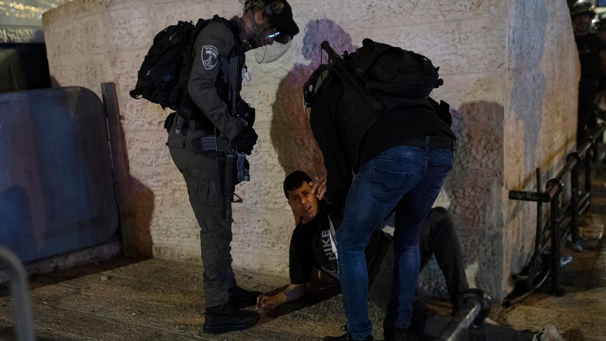 Medics: 200 Palestinians hurt in Al-Aqsa clashes with police 2
