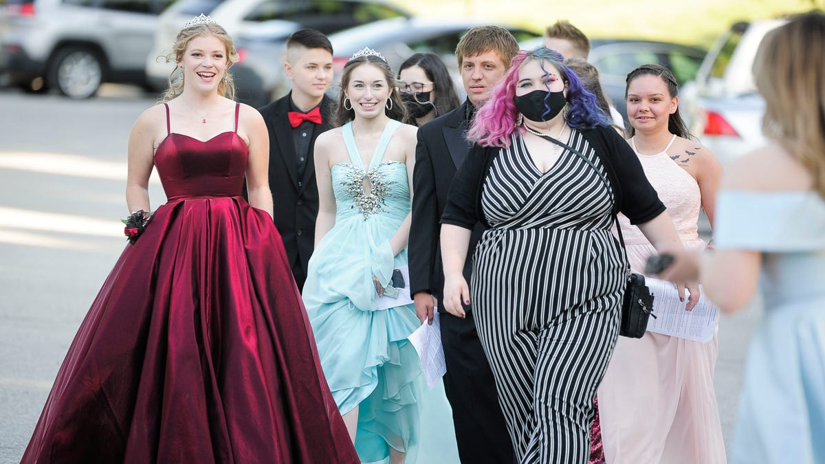 See South-Doyle High School students at 2021 prom at Hunter Valley Farm