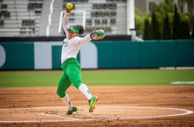 Samaria Diaz throws a pitch during Oregon's game against Arizona on Sunday at Jane Sanders Stadium.