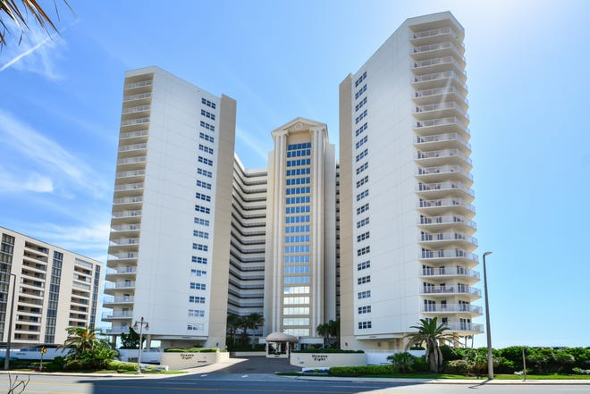 This lovely two-bedroom, two-bath Oceans Eight condominium is located within the desirable city of Daytona Beach Shores.