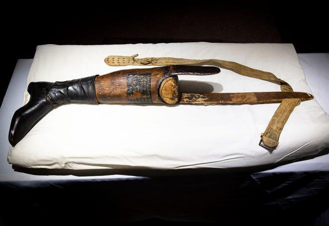 La prótesis de pierna del general mexicano Antonio López de Santa Anna está hecha principalmente de corcho en el Museo Militar del Estado de Illinois en Springfield, Illinois, el viernes 7 de mayo de 2021. La pierna se mantiene actualmente en almacenamiento ya que la preservación debe hacerse después su exhibición se retrasó muchos años debido a la pandemia COVID-19.