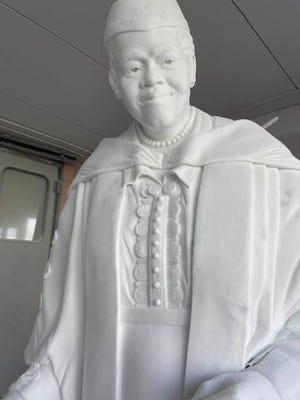 La maestra scultrice Nilda Comas ha resuscitato la statua in marmo di Mary Macleod Python.  La statua creata in Italia sarà permanentemente collocata all'interno della Statuary Hall a Washington, DC, ma potrebbe prima visitare Daytona Beach.