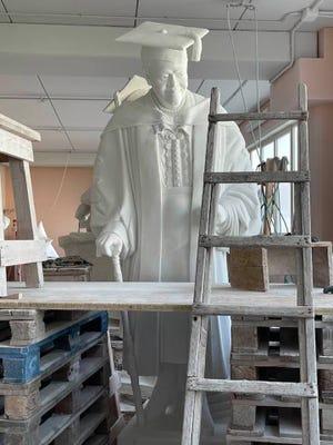 La statua di Mary MacLeod Python ha impiegato anni per dare i suoi frutti con la necessità di raccogliere fondi per pagarla e ottenere varie approvazioni governative per l'esposizione alla Statuary Hall di Washington, DC.  Ora il progetto è nelle ultime settimane di completamento.